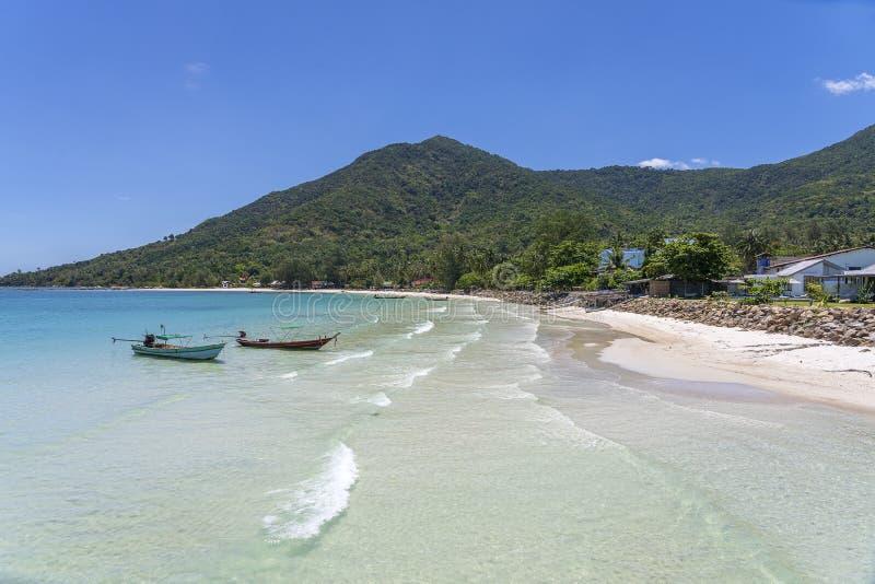 与可可椰子树和小船的美丽的海湾 热带沙滩和海水在海岛酸值阁帕岸岛,泰国 免版税库存照片