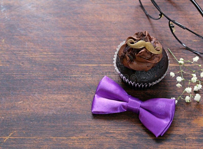 与可可粉结冰的巧克力杯形蛋糕 库存图片