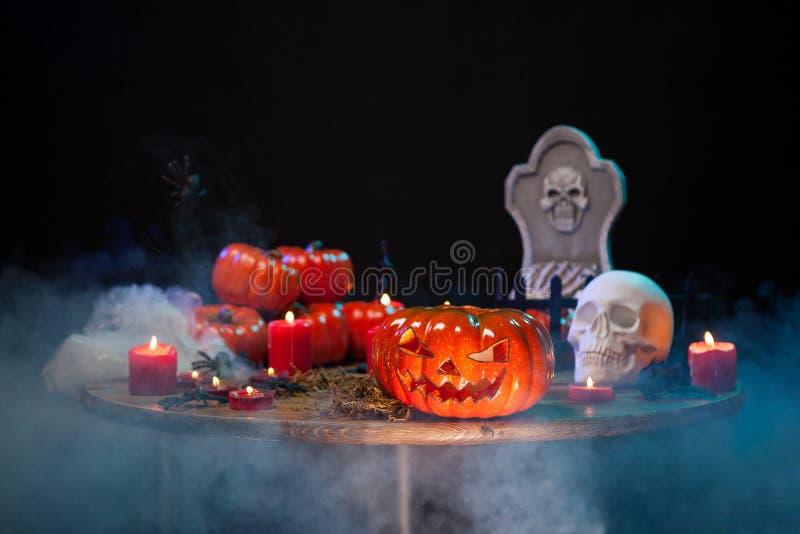 与可怕pumpking的恐怖场面在万圣节庆祝的一张木桌上 库存照片