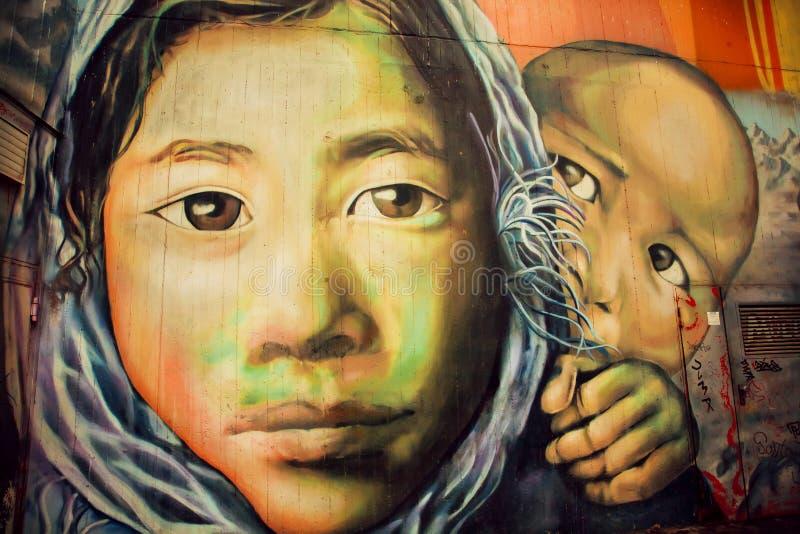 与可怜的难民家庭的街道画 库存图片
