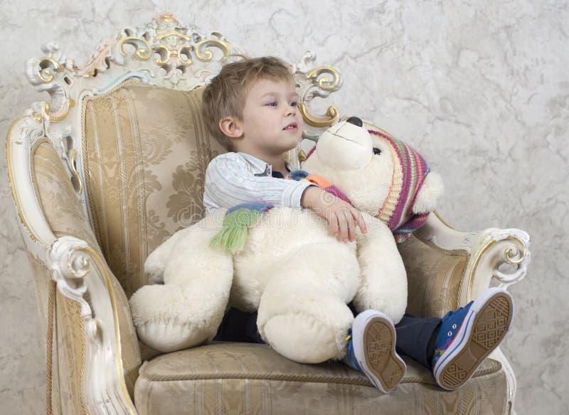 与可爱的玩具的孩子 免版税库存照片