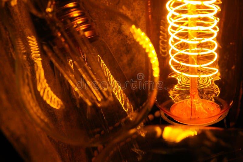与可看见的发光的导线的被修补的经典白炽爱迪生电灯泡夜 免版税图库摄影