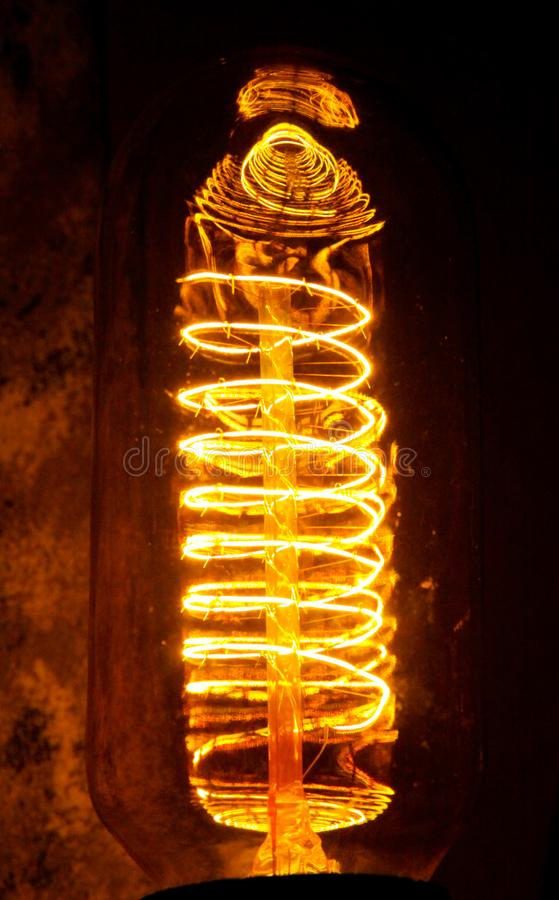 与可看见的发光的导线的被修补的经典白炽爱迪生电灯泡夜 免版税库存图片