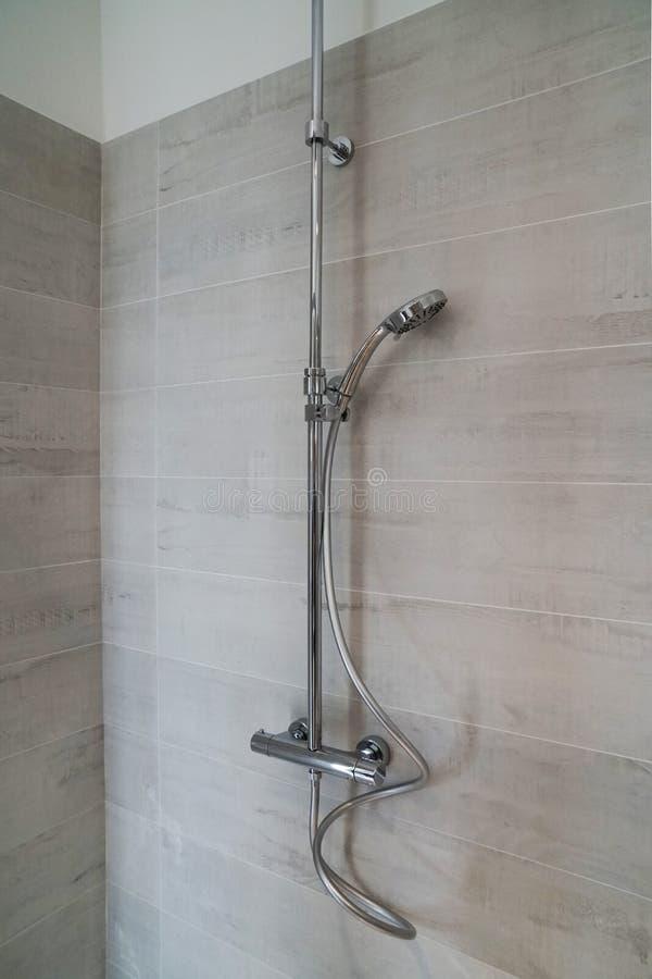 与可调整的鞭子的明三联式浴缸水嘴阵雨 免版税图库摄影