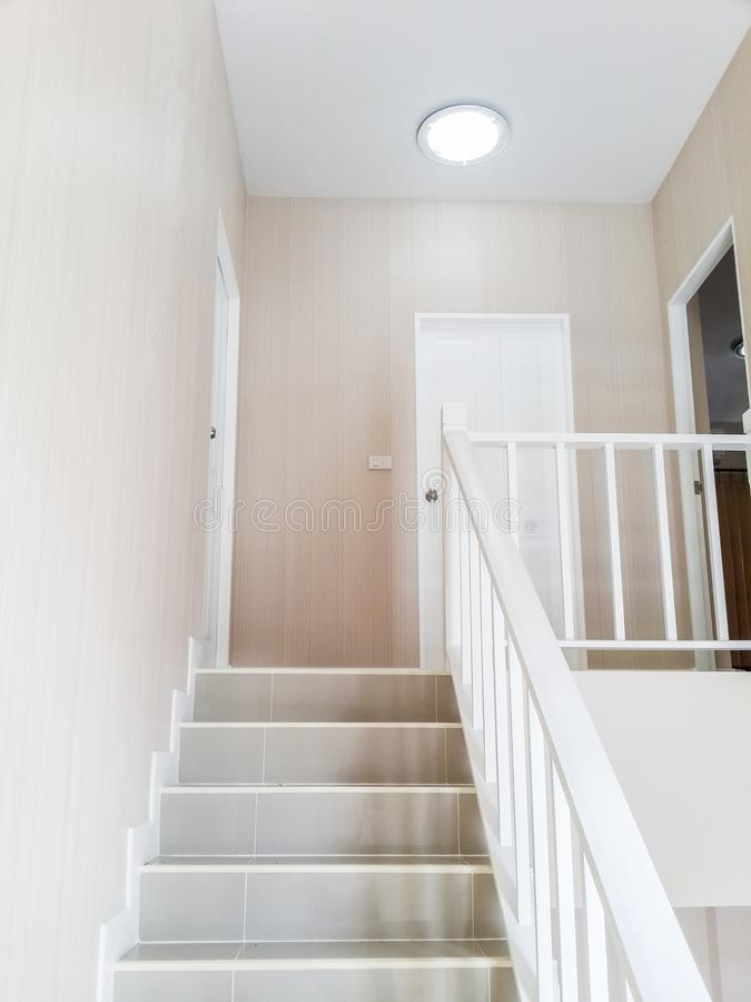 与台阶和门现代白色房子的室内设计样式 免版税库存图片