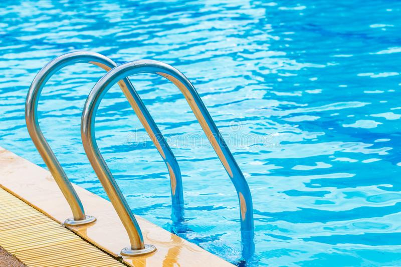 與臺階特寫鏡頭細節工具的游泳池. 放松, 詳細資料.圖片