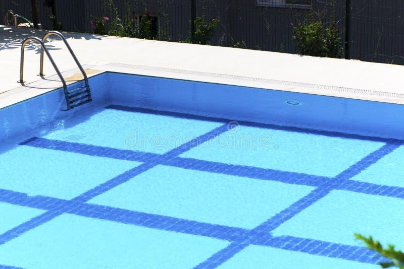与台阶的游泳池在一个晴天 库存照片