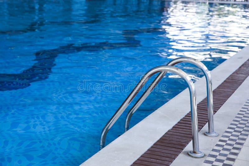 与台阶的现代游泳池 免版税库存图片