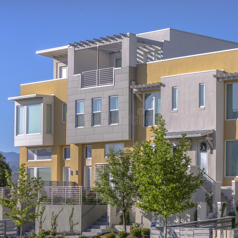 与台阶的现代连栋房屋和阳台在犹他 免版税库存图片