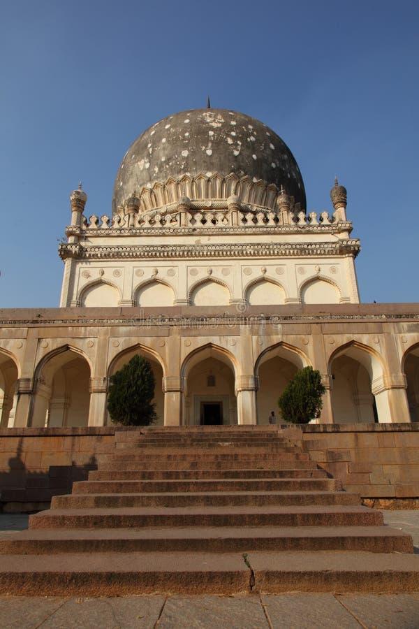 与台阶的Qutb沙赫坟茔,海得拉巴 免版税库存照片