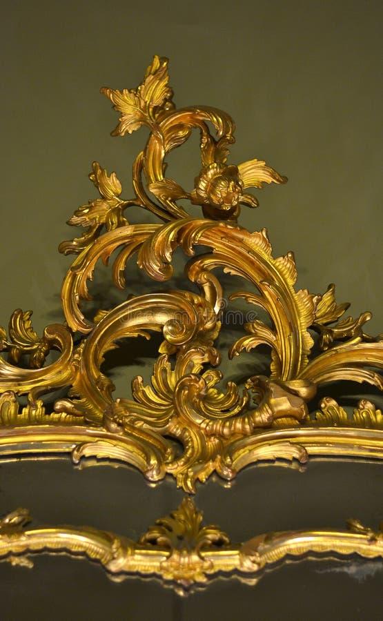 与叶子和自然元素的金装饰品 免版税库存图片