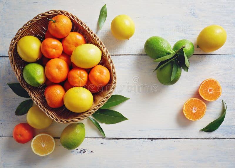 与叶子的新鲜的柑桔在一个柳条筐 图库摄影