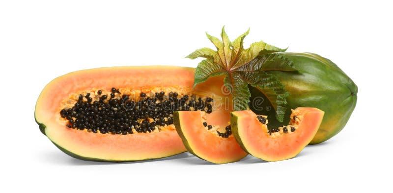 与叶子的新鲜的水多的成熟番木瓜在白色 免版税图库摄影