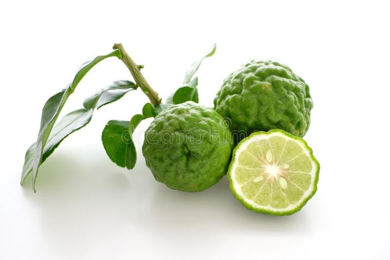 与叶子的新鲜的香柠檬 免版税库存照片