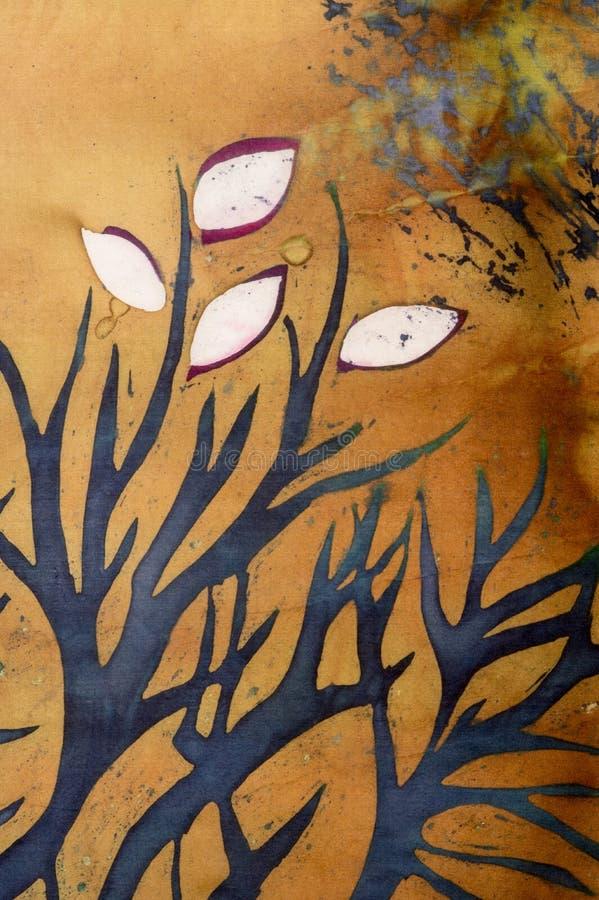 与叶子的树枝在金背景,热的蜡染布,背景纹理,手工制造在丝绸 库存例证