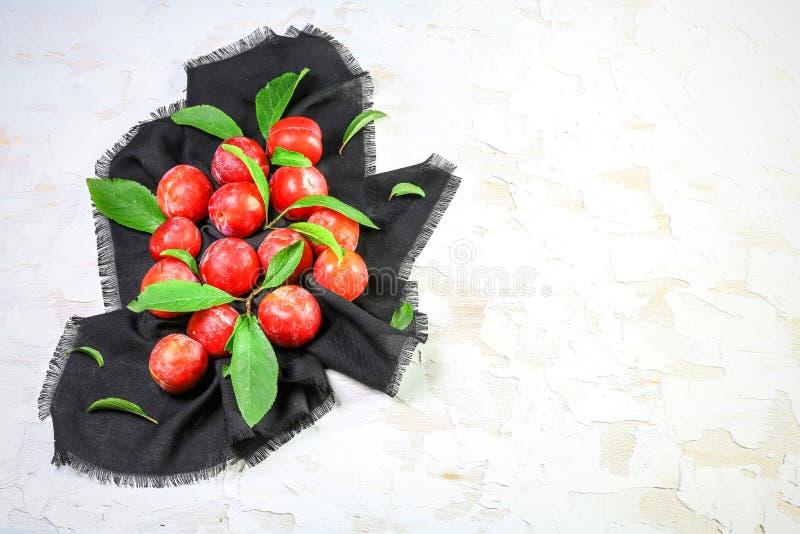 与叶子的红色李子 维生素秋天柿子沙拉 概念节食的损失重量 库存图片