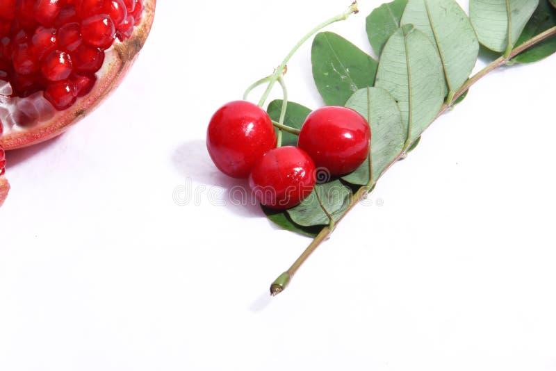 与叶子的红色樱桃 库存图片
