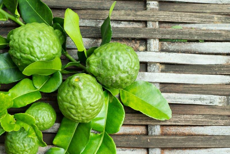 与叶子的香柠檬果子 免版税库存照片