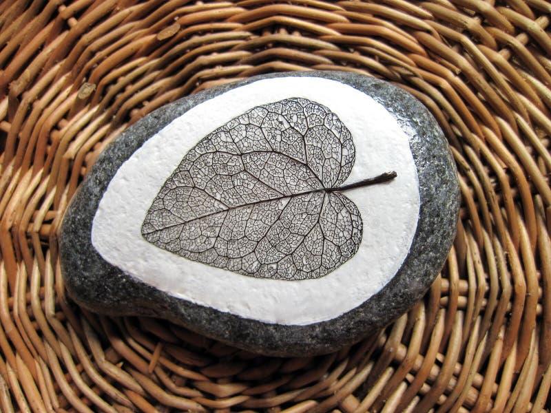 与叶子骨骼的自然石头 皇族释放例证
