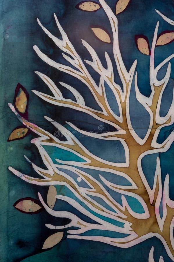 与叶子,绿松石,热的蜡染布,背景纹理的金黄树枝,手工制造在丝绸 皇族释放例证