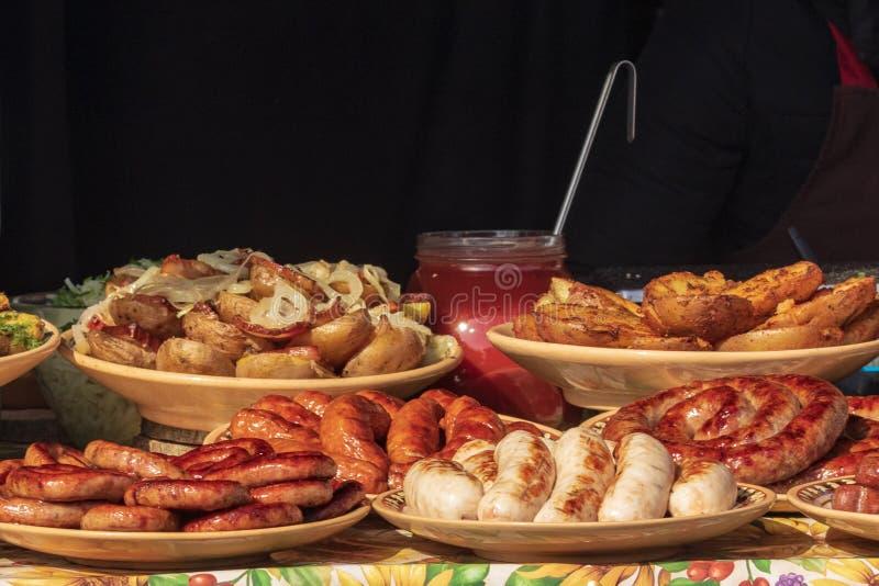 与各种各样的健康食品的介绍的烹饪自助餐-肉,香肠,烤菜 库存照片