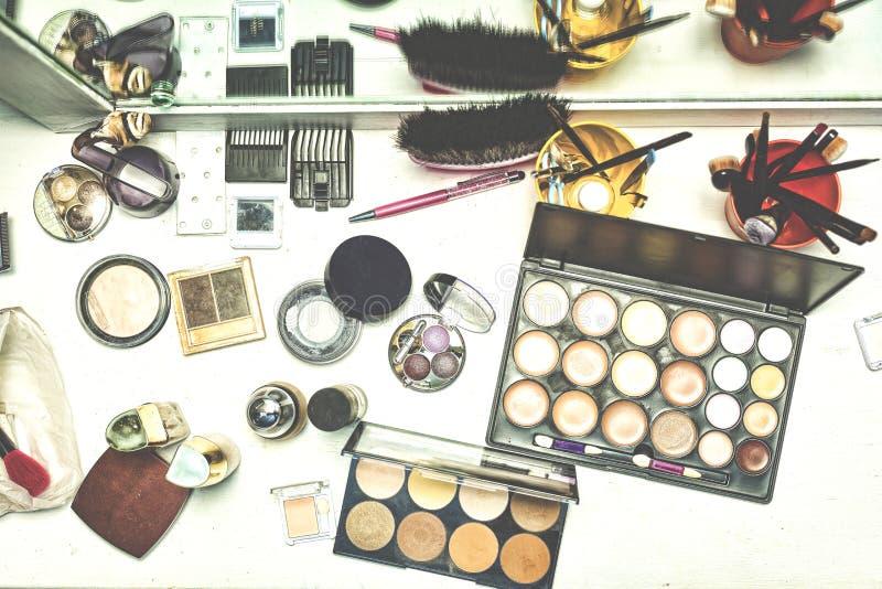与各种各样的化妆用品的秀丽桌构成的 免版税库存照片