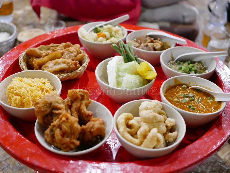 与各种各样的地方菜单的北泰国习惯的样式晚餐khantok 免版税库存图片