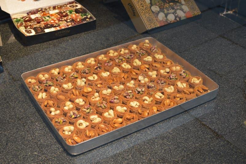 与各种各样的坚果在金属片,核桃的Tradional土耳其蛋糕 免版税库存图片