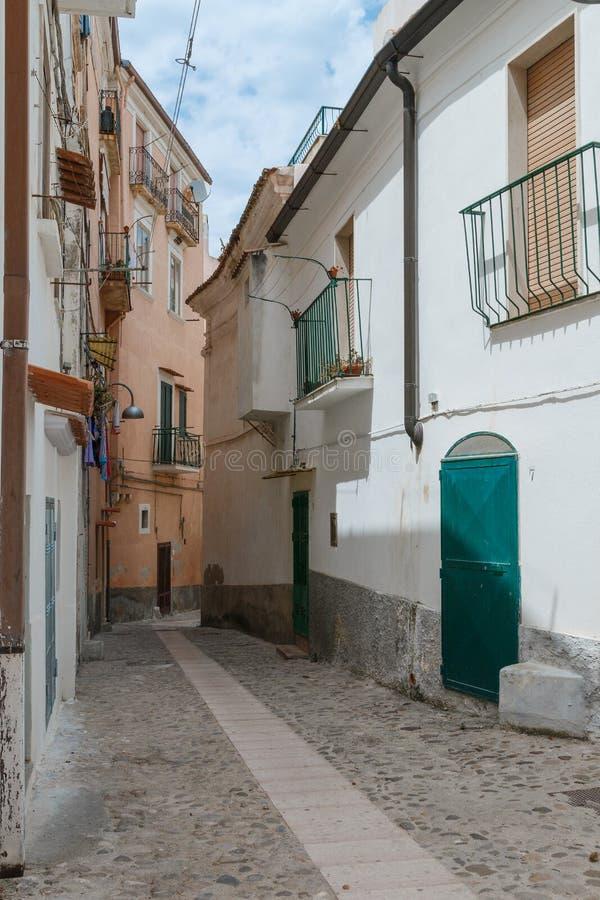 与各种各样的房子和细节的老城市街道视图 库存照片