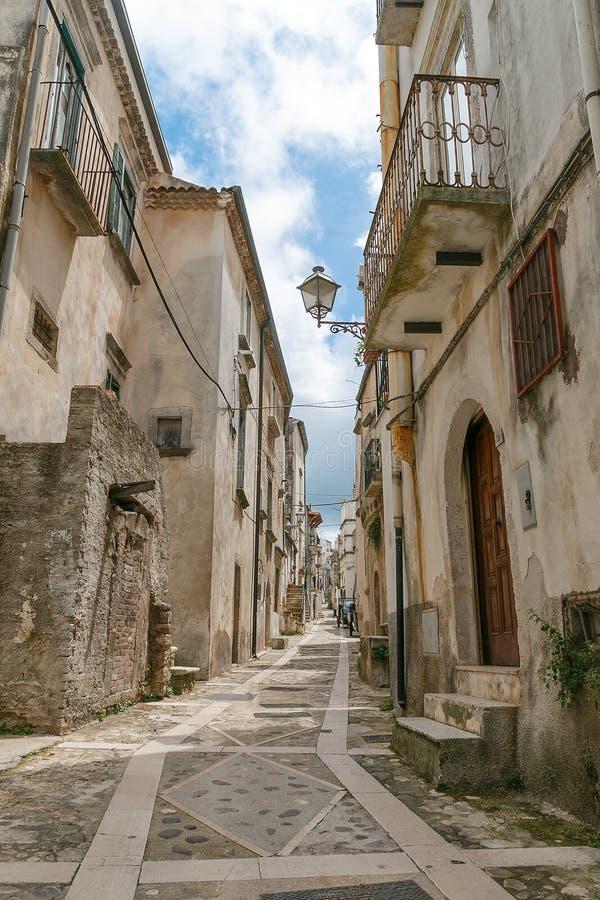 与各种各样的房子和细节的老城市街道视图 免版税库存照片