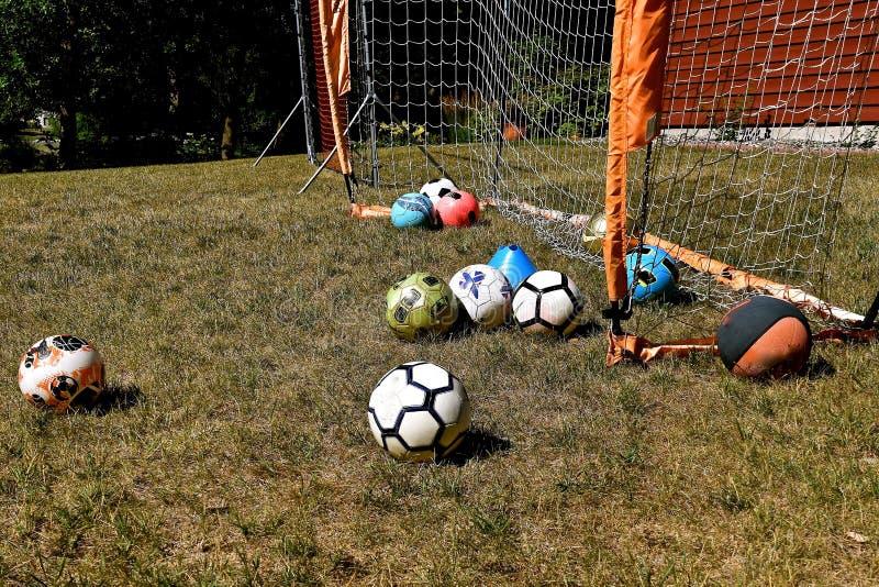 与各种各样的色的球的后院足球 免版税图库摄影