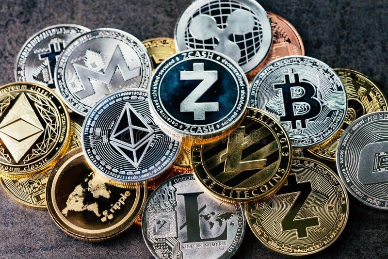 与各种各样的隐藏货币背景发光的银和金黄物理cryptocurrencies标志硬币,Bitcoin,Ethereum, 库存图片