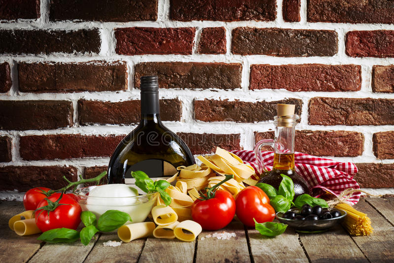 与各种各样的面团温泉的鲜美五颜六色的新意大利食物概念 库存照片