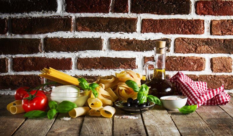 与各种各样的面团温泉的鲜美五颜六色的新意大利食物概念 免版税库存照片