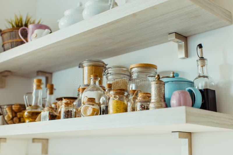 与各种各样的食物和香料成份的开架式 免版税库存照片