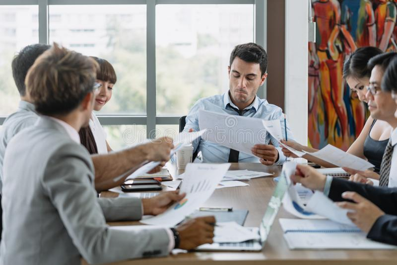 与同事的商人会谈在候选会议地点办公室 免版税库存图片