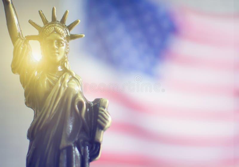 与后边光的自由女神像 免版税库存照片