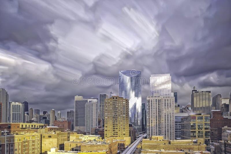 与向东透视的芝加哥地平线从西方圈 与移动的云彩的长的曝光 免版税库存照片