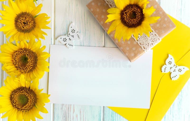 与向日葵花的夏天明亮的轻的木背景在边的 文本的框架用向日葵 r 免版税库存照片