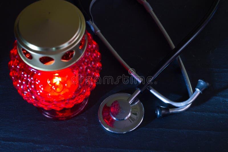 与听诊器和公墓蜡烛的医疗错误差错概念 免版税库存图片