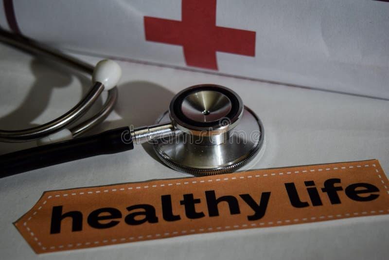 与听诊器的健康生活消息,医疗保健概念 库存图片