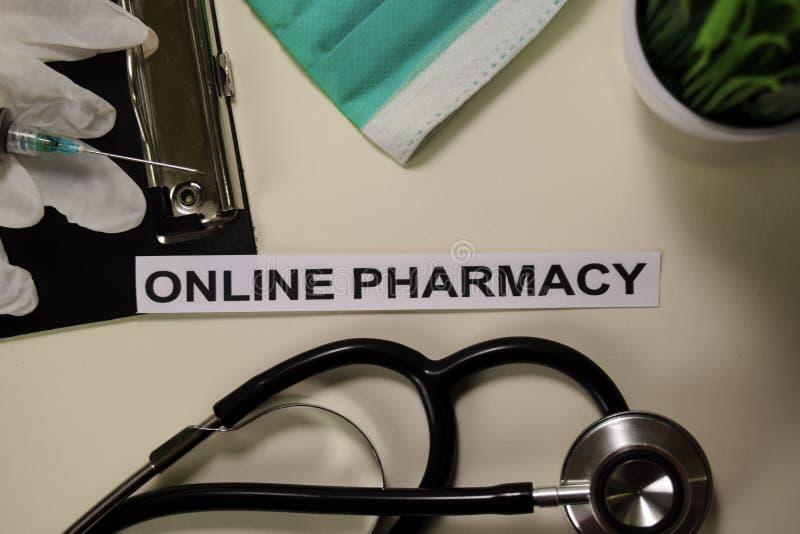 与启发和医疗保健/医疗概念的网上药房在书桌背景 免版税图库摄影
