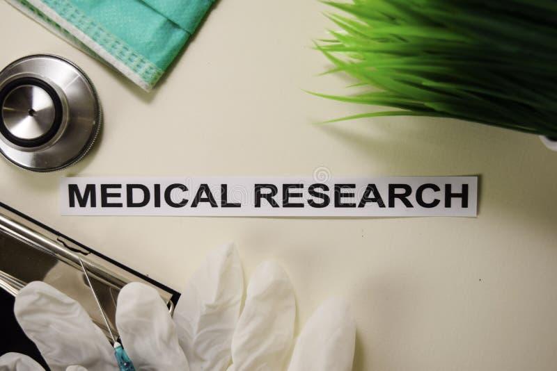 与启发的医学研究和医疗保健/医疗概念在书桌背景 库存图片