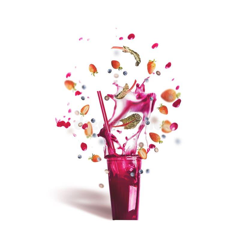 与吸管和桃红色紫色飞溅夏天饮料的玻璃:圆滑的人或汁液与飞行莓果成份,被隔绝 免版税库存图片