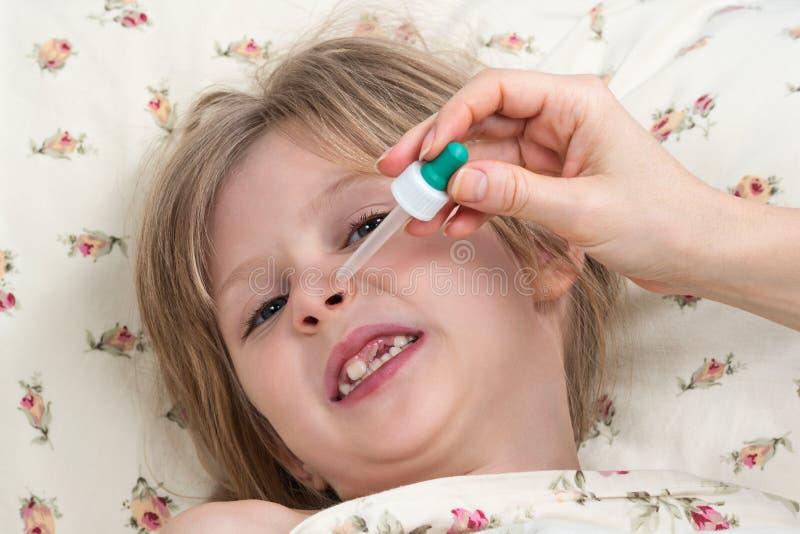 与吸移管的病的小女孩水滴鼻子 免版税库存照片