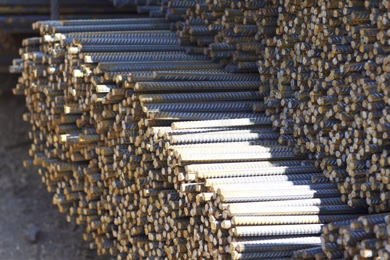 与周期性外形的配筋在组装在金属制品仓库被存放 图库摄影