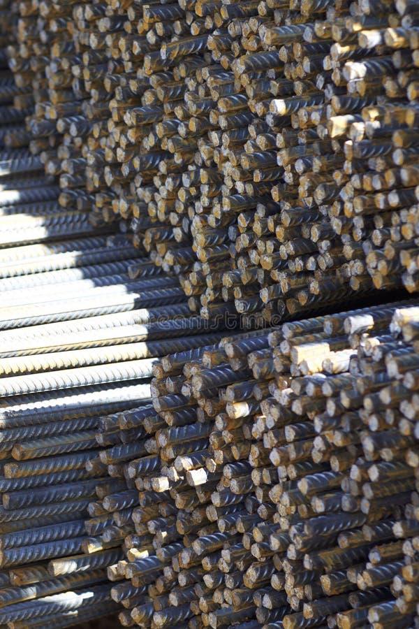 与周期性外形的配筋在组装在金属制品仓库被存放 库存图片