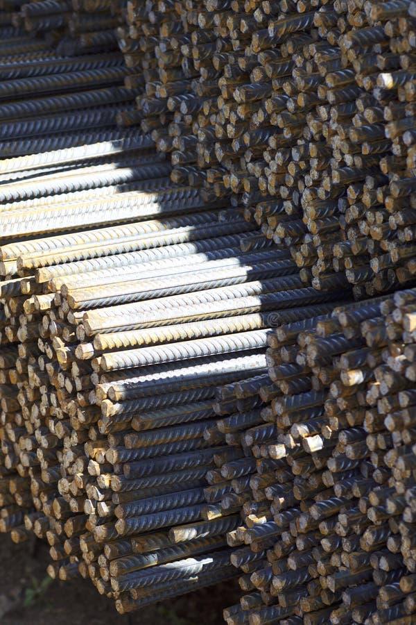 与周期性外形的配筋在组装在金属制品仓库被存放 免版税图库摄影