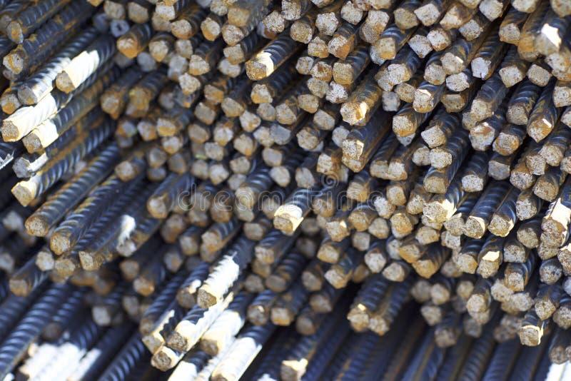与周期性外形的配筋在组装在金属制品仓库被存放 免版税库存照片