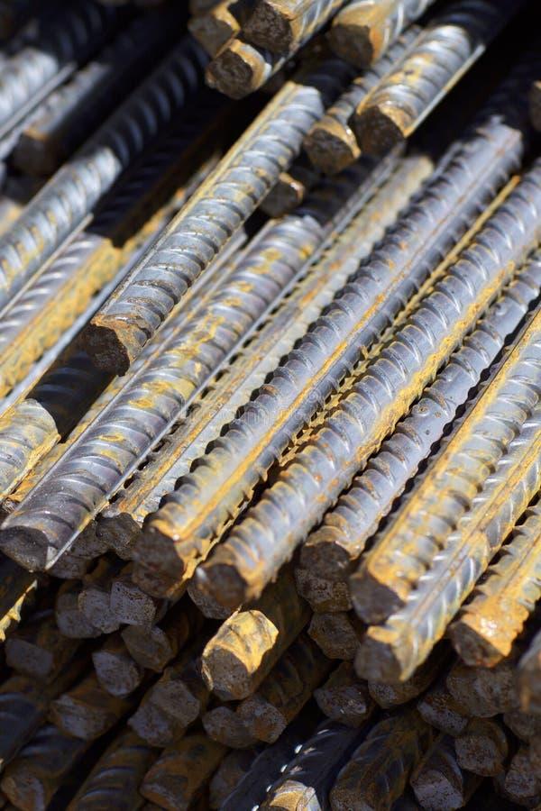 与周期性外形的配筋在组装在金属制品仓库被存放 库存照片
